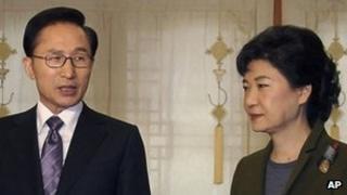 File image of Park Geun-hye (R) with South Korean President Lee Myung-bak