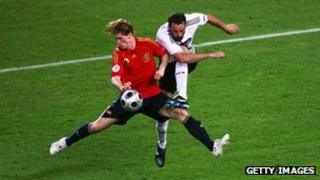 Christoph Metzelder of Germany (right) shoots past Fernando Torres of Spain during the Uefa Euro 2008 Final match in Vienna, 29 June 2008
