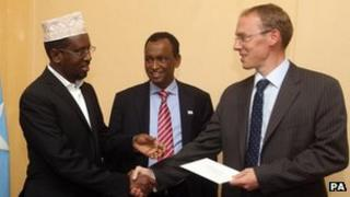 Somali President Sheikh Sharif Sheikh Ahmed receives the credentials of the new British ambassador, Matt Baugh, 2 Feb 2012