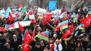 Turkish and Azeri flags are waved in Ankara in memory of the 20th anniversary of an attack on Khojaly in 1994 (26 Feb 2012)