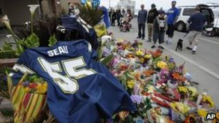 A memorial in front of Junior Seau's home 3 May 2012