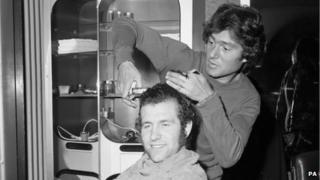 Vidal Sassoon cutting Peter Osgood's hair