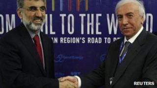 Kurdistan Regional Government Natural Resources Minister Ashti Hawrami (R) shakes hands with Turkey's Energy Minister Taner Yildiz (20 May 2012)