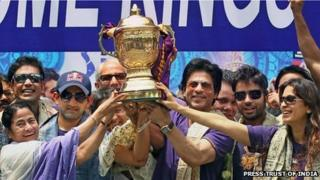 West Bengal Chief Minister Mamata Banerjee with cricketer Gautam Gambhir, actor Shah Rukh Khan and other Kolkata Knight Riders officials at the celebrations on 29 May 2012