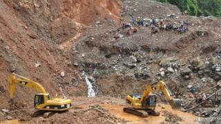 Diggers at Putumayo gold mine