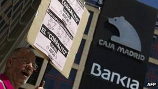 Spanish man demonstrating about a possible bailout of Bankia