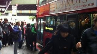 259 bus at Finsbury Park but passengers still managing to squeeze on 253 behind