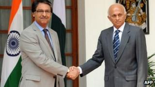 Pakistan Foreign Secretary Jalil Abbas Jilani (L) shakes hands with Indian Foreign Secretary Ranjan Mathai (R) ahead of delegation level talks in New Delhi on July 4, 2012