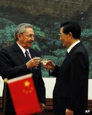 Cuban President Raul Castro, left, toasts with Chinese President Hu Jintao, right, during a signing ceremony at the Great Hall of the People in Beijing, China, 5 July, 2012