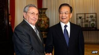 Cuba's President Raul Castro (L) shakes hands with Chinese Premier Wen Jiabao