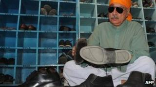 Khurshid Khan cleaning shoes