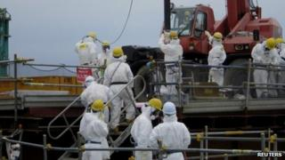 Workers remove components at the Fukushima Daiichi plant (19 July 2012)