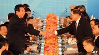 Chinese negotiator Chen Yunlin shakes hands with Taiwan's envoy Chiang Ping-kun