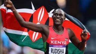 Rudisha holding Kenyan flag