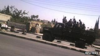 Photograph purportedly showing Syrian government forces in Qatana, near Damascus (3 August 2012)