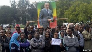 Mourners wait for the body of Meles Zenawi to arrive in the Ethiopian capital Addis Ababa