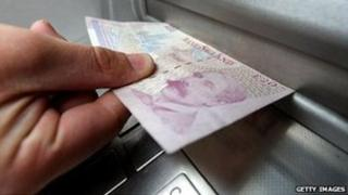 £20 note being pulled from a cash machine