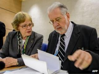 Karen Koning Abu Zayd and Paulo Sergio Pinheiro of the UN Independent Commission of Inquiry on Syria look at a document in Geneva (17 September 2012)