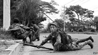 Salvadoran army troops position themselves on the outskirts of the National University campus after it came under the control of RMNL rebels (12 Nov 1989)