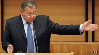 Kyrgyz President Kurmanbek Bakiyev speaks in parliament in Bishkek, Kyrgyzstan, 2 November 2006