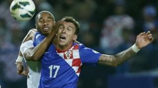 Ashley Williams yn herio Mario Mandzukic, sgoriwr gôl gyntaf Croatia