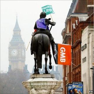 Baner undeb y GMB ar gerflun yn Llundain