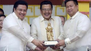 Joseph Estrada (C) receives an award for leadership from his sons in 2007