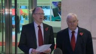 Fe gyhoeddodd Mr Entwistle ei ymddiswyddiad y tu allan i ganolfan y BBC yn Llundain, gyda chadeirydd Ymddiriedolaeth y BBC, yr Arglwydd Patten, wrth ei ymyl.
