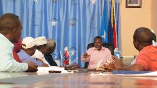 Mohamed Nur chairs a meeting in Mogadishu's new Chamber of Commerce