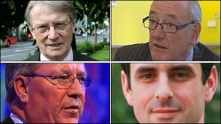 Alun Michael, Winston Roddick, Christopher Salmon ac Ian Johnston (o'r chwith gyda'r cloc)