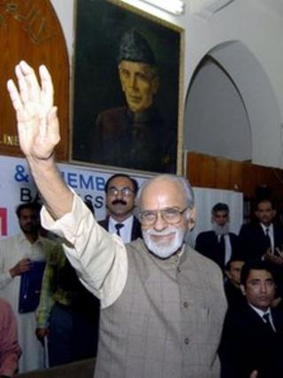 In this photograph taken on October 15, 2004, former Indian Prime Minister Inder Kumar Gujral waves during his visit to the Lahore High Court in Lahore.