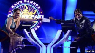 Amitabh Bachchan handing over the winners cheque to Sunmeet Kaur Sawhney