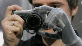 Man with i-limb ultra product using camera