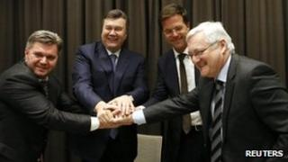 From left to right: Ukrainian Energy Minister Eduard Stavyts'ky, Ukrainian President Viktor Yanukovych, Dutch Prime Minister Mark Rutte and Shell's CEO Peter Voser shake hands after the deal in Davos. Photo: 24 January 2013