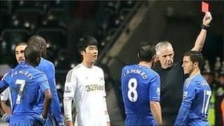 Cafodd Eden Hazard ei anfon oddi ar y cae yn y gêm nos Fercher