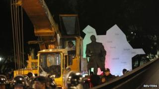 Workers remove the statue of Heydar Aliev from a Mexico City park