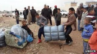 Azaz refugees get UN blankets and tents