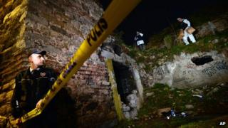 Turkish police search for Sarai Sierra near the remnants of ancient city walls in Istanbul (2 February 2013)