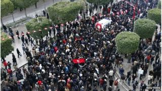 Tunisian protesters surround the vehicle bearing the body of Chokri Belaid (6 Feb 2013)