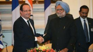 French President Francois Hollande (L) and Indian Prime Minister Manmohan Singh (R) in Delhi on 14 Feb 2013