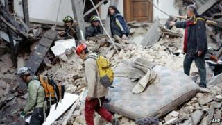 Rescue workers in L'Aquila searching for survivors (6 April 2009)