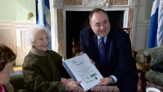 Rhona Weir giving petition to Alex Salmond