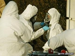 Investigators in white protective suits search for Ricin in US Senate buildings in 2004