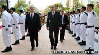 Chuck Hagel (left) and Moshe Yaalon (22/04/13)
