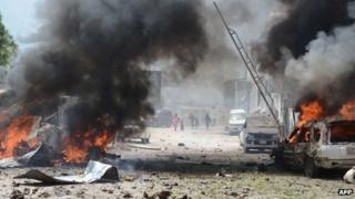 Cars burn after attack on Mogadishu court (14/04)
