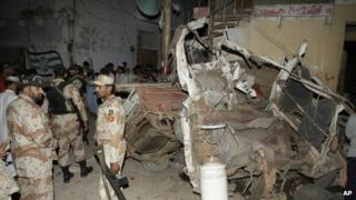 Troops cordon off the site of an explosion in Karachi (26 April 2013)