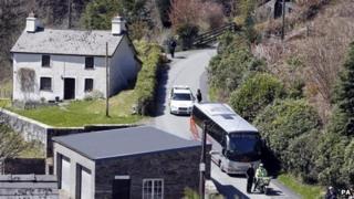 Aelodau'r rheithgor yn cyrraedd cartre' Mark Bridger yng Ngheinws, Powys