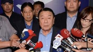 Philippine special envoy Amadeo Perez (C) reads a statement of apology at Taoyuan International Airport on 16 May 2013