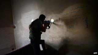 Syrian rebel fighter takes aim in the northern city of Aleppo (5 April 2013)