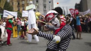 Turkish art group performs in support of protesters at Taksim Square in Istanbul (5 June 2013)
